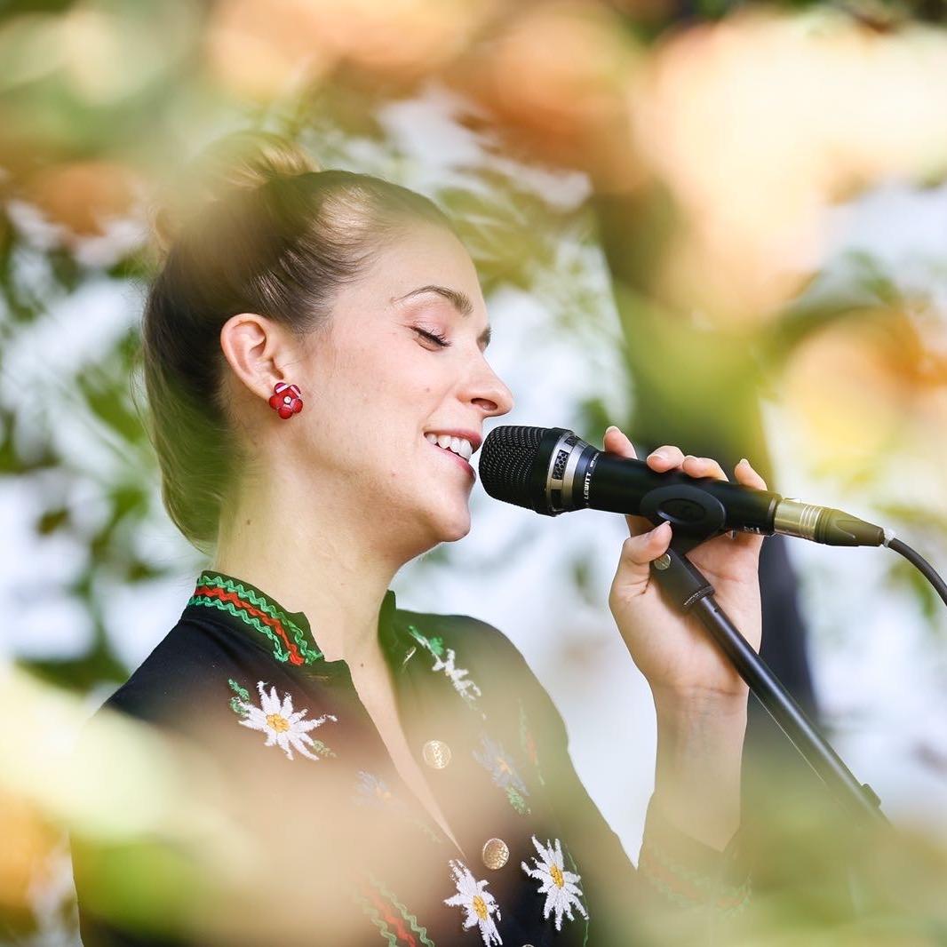 Leonie-singt-im-Grünen